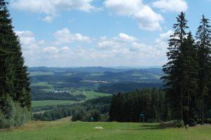 Uitzicht Lipno in de zomer boven op piste en omgeving